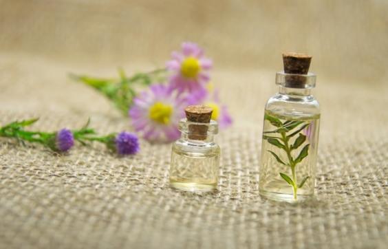 Cette huile essentielle stimule la circulation sanguine et baisse les gonflements abdominaux
